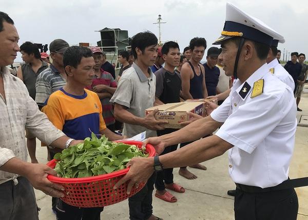 Hỗ trợ 46 ngư dân mắc cạn ở vùng biển Trường Sa