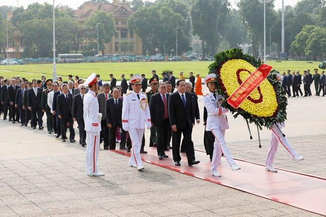 Đoàn đại biểu dự Đại hội MTTQ Việt Nam vào lăng viếng Chủ tịch Hồ Chí Minh