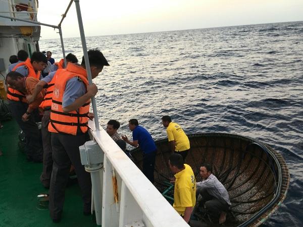 Bàn giao ngư dân gặp nạn cho địa phương và gia đình