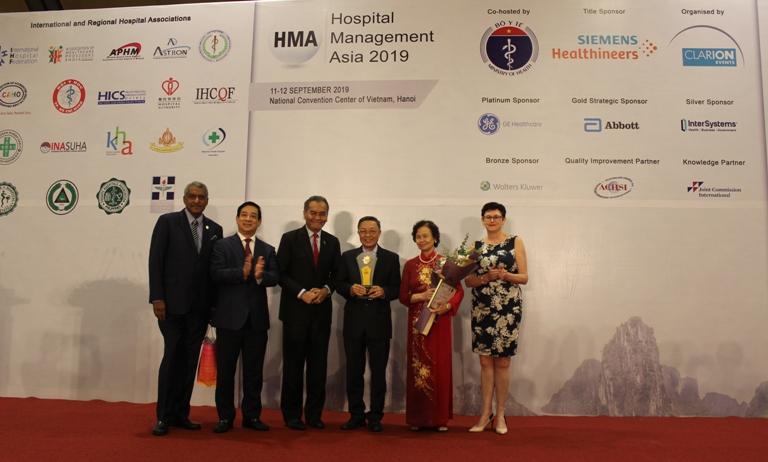 """Giải thưởng """"Cống hiến trọn đời"""" được trao cho nguyên Thứ trưởng Bộ Y tế Lê Ngọc Trọng"""