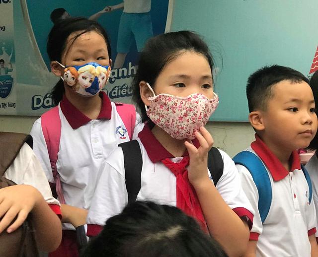 Khám miễn phí cho học sinh 2 trường gần khu vực Công ty cổ phần Rạng Đông  