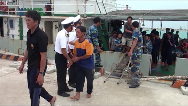 46 ngư dân Quảng Ngãi bị nạn trên biển đã trở về đất liền an toàn