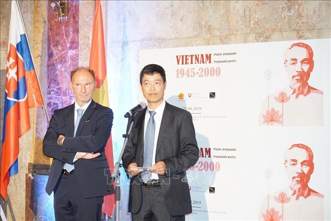 """Triển lãm """"Tranh Cổ động Việt Nam 1945-2000"""" tại Slovakia  """