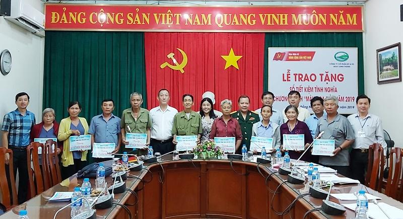 """Trao sổ tiết kiệm tình nghĩa """"Màu hoa đỏ"""" tại huyện Trảng Bom"""