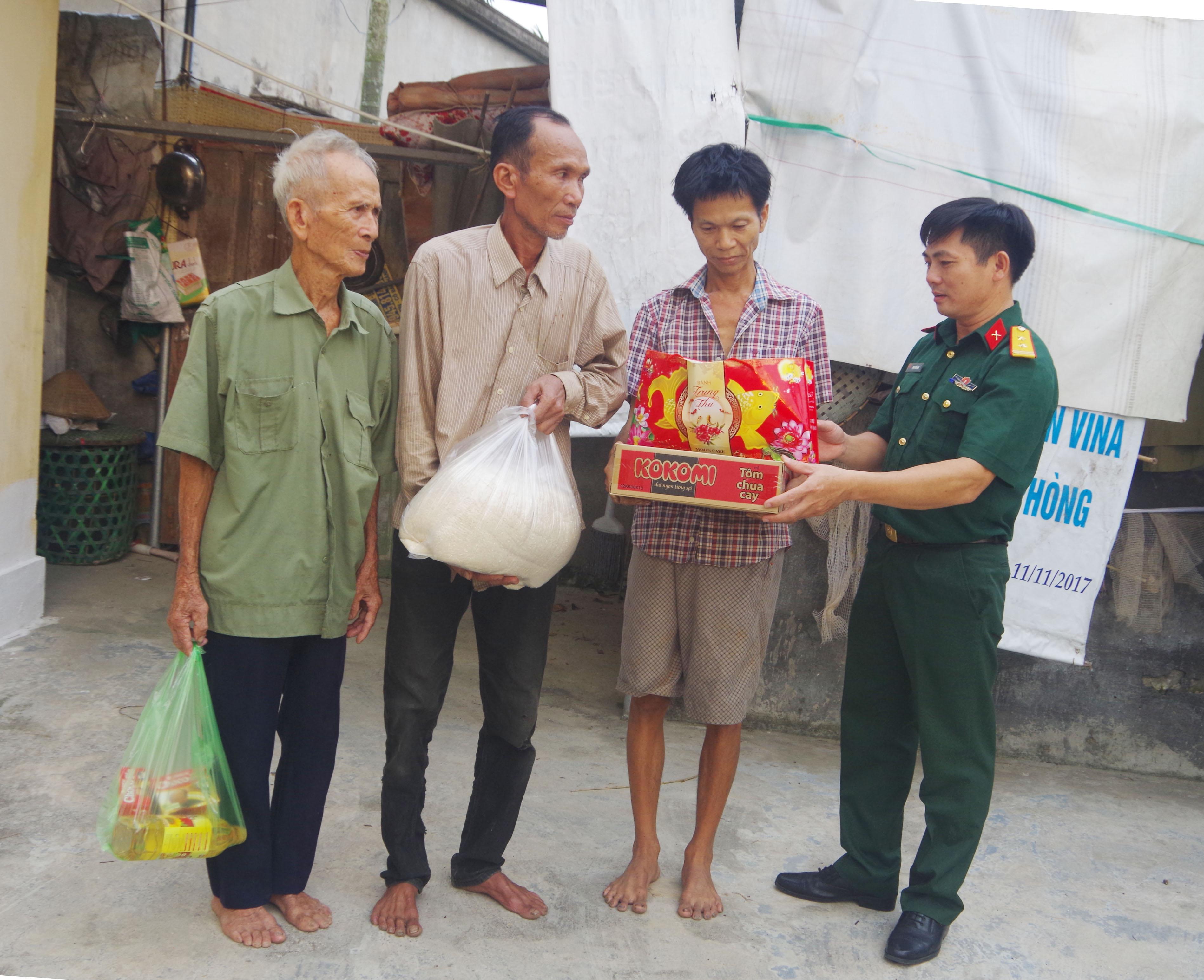 Trung tá Phạm Tiến Dũng hết lòng với công tác thiện nguyện