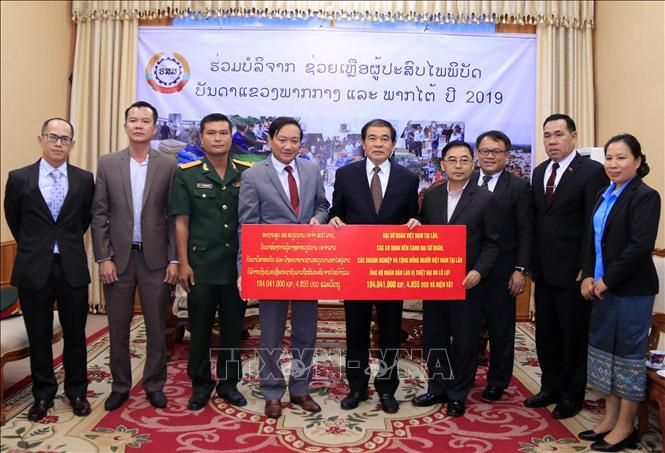 Tiếp nhận hỗ trợ của cộng đồng người Việt tại Lào giúp dân vùng thiên tai