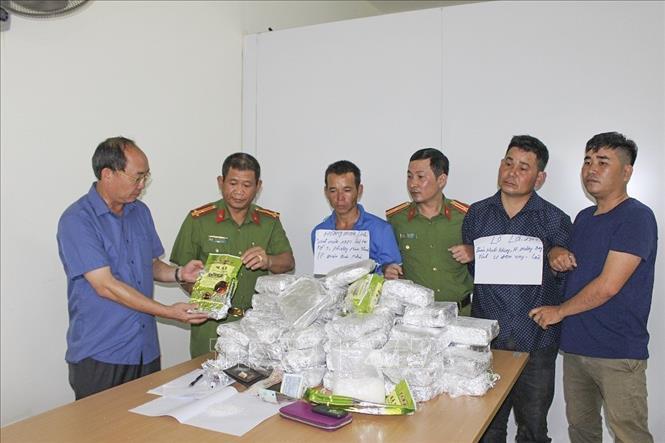 Bắt giữ 3 đối tượng vận chuyển trái phép 50kg ma túy đá