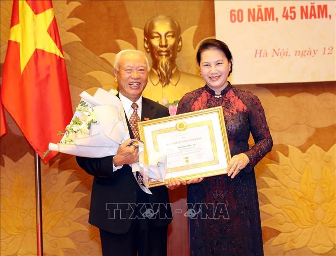 Chủ tịch Quốc hội dự Lễ trao tặng Huy hiệu Đảng    
