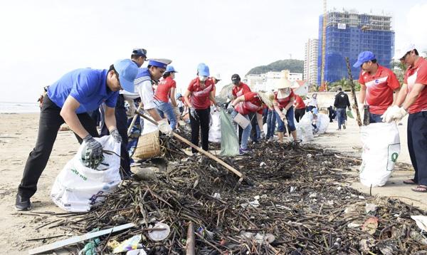 Chung tay dọn hàng trăm tấn rác làm sạch bờ biển