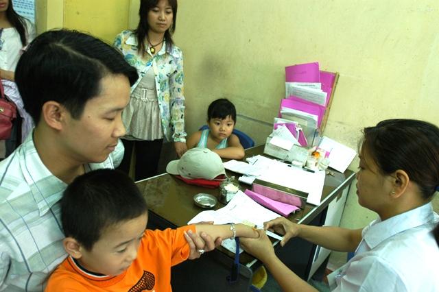 Phòng bệnh sốt virút cho trẻ nhỏ khi chuyển mùa