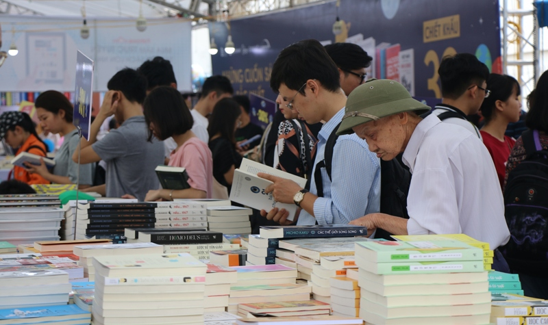 Độc giả nô nức đến Hội sách Hà Nội trong ngày đầu khai mạc
