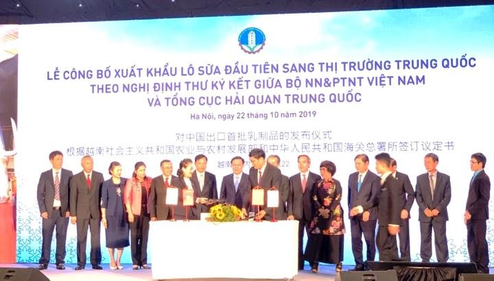 Xuất khẩu lô sữa đầu tiên sang thị trường Trung Quốc