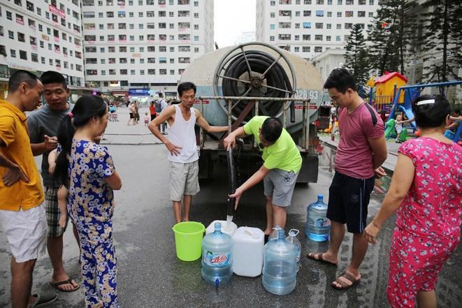 Hà Nội: Cung cấp nước sạch miễn phí cho các khu dân cư bị ảnh hưởng từ nước sông Đà