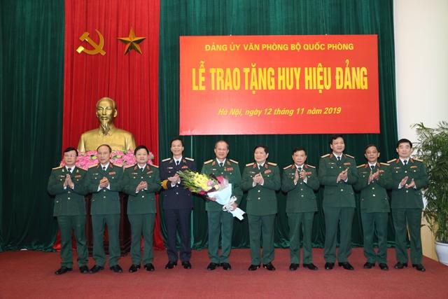 Thượng tướng Bế Xuân Trường nhận Huy hiệu 40 năm tuổi Đảng