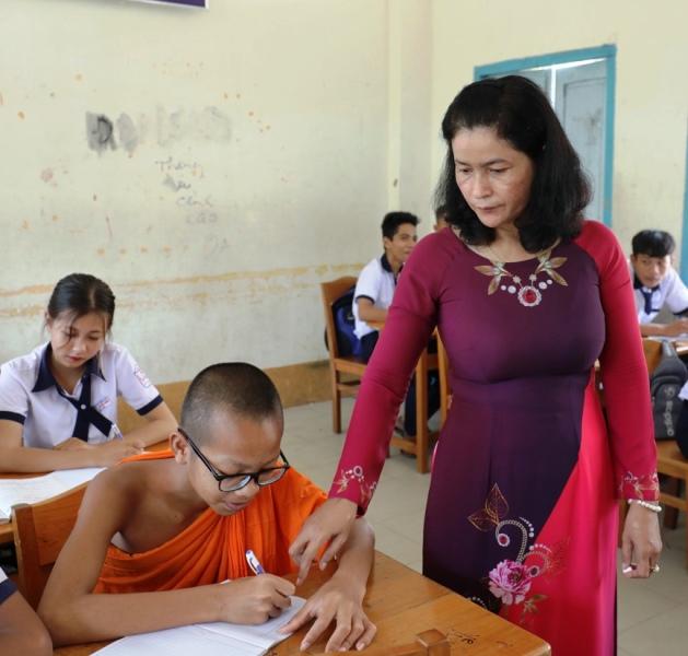 Chuyện về cô giáo nặng lòng với tiếng Khmer