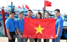 National flags presented to fisherpersons in Phu Quy island