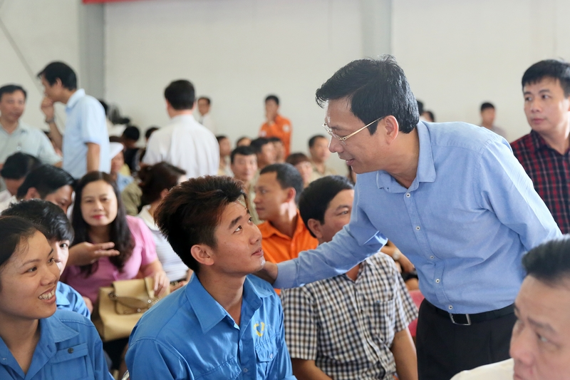Quang Ninh provincial leader holds dialogue with workers