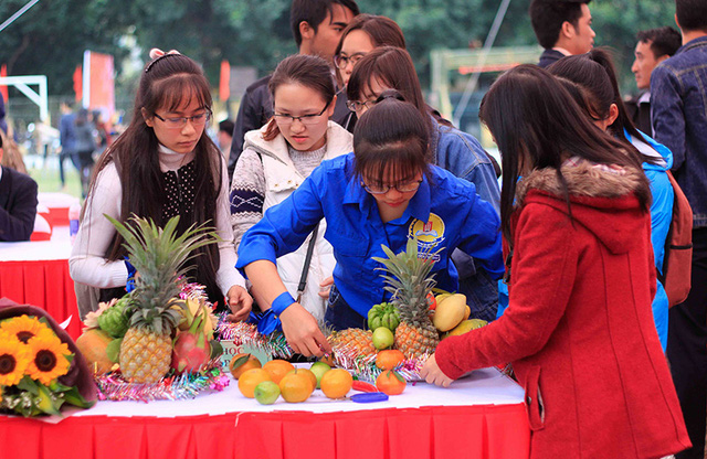 International students in Vietnam interested in Chung cake and folk games