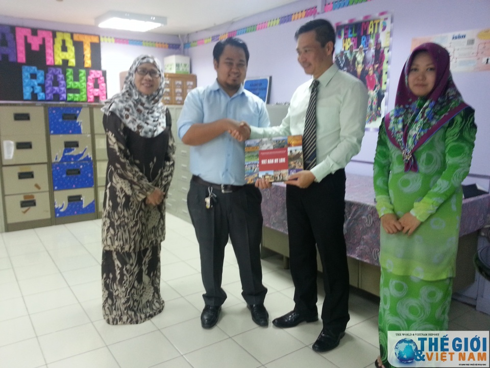 Vietnamese Embassy in Brunei presents books to National Library of Brunei