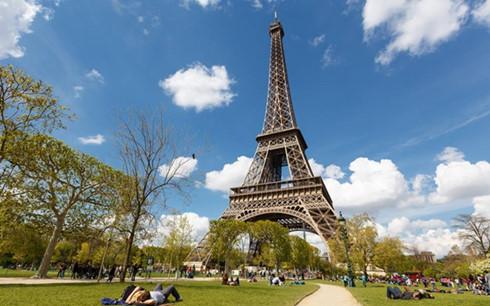 Paris to build 2.5-meter glass wall around Eiffel Tower
