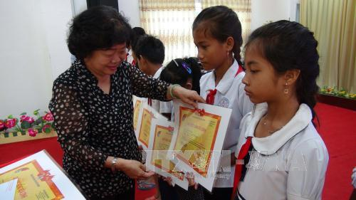 Tra Vinh province grants scholarship for pupils on islands and ethnic minority-inhabited regions