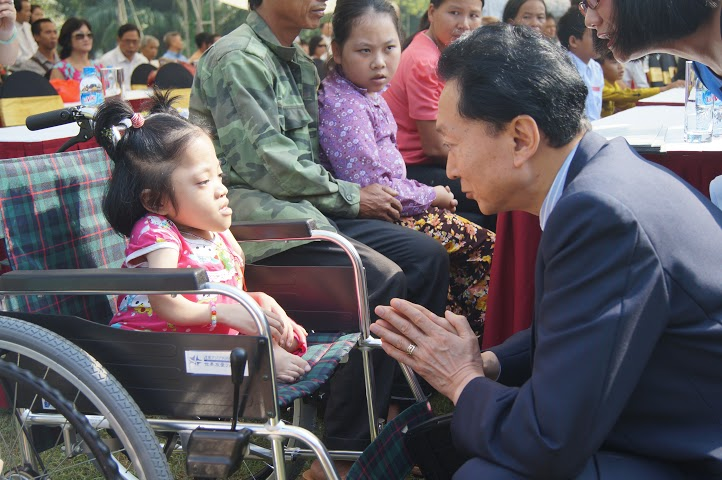 Japanese former PM presents 60 wheelchairs to Vietnamese disabled people