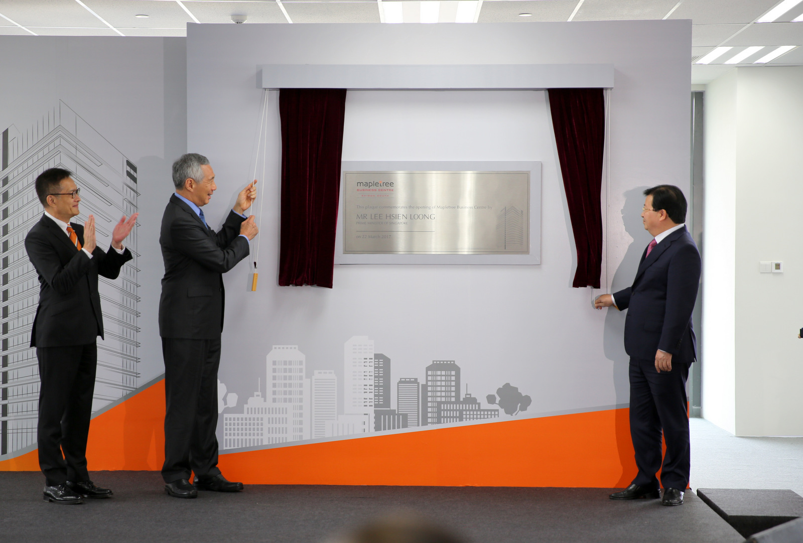 Vietnamese and Singaporean leaders inaugurate business centre