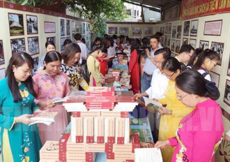 """""""Month of reading books and displaying the image of Uncle Ho"""" organized in Ho Chi Minh City"""