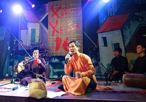 Xam singing performance at Hanoi pedestrian street