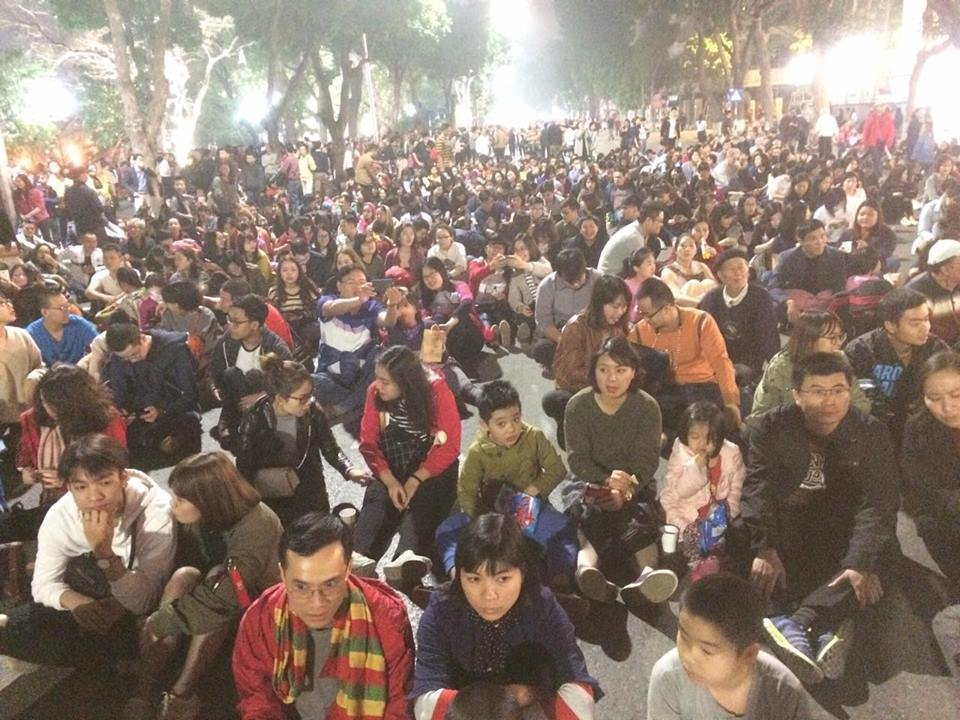 Hanoi's pedestrian street crowded with concert-goers