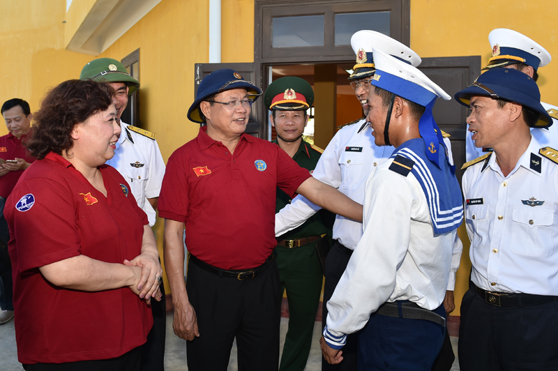 Hanoi delegation presents gifts to Spratly archipelago