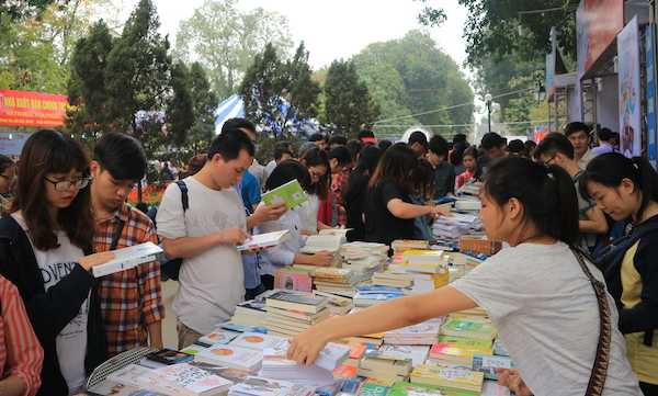Tens of thousands of people participate in book fair to mark Vietnam Book Day