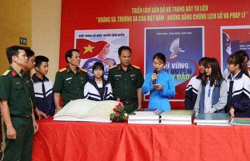 Exhibition on Hoang Sa and Truong Sa in Hoa Binh province