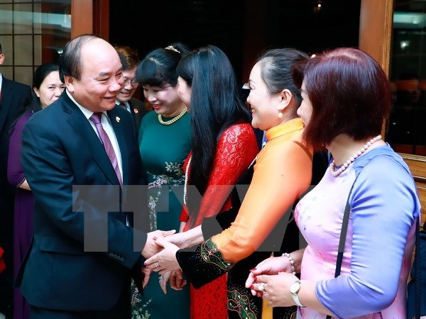 PM visits embassy, overseas Vietnamese in Philippines