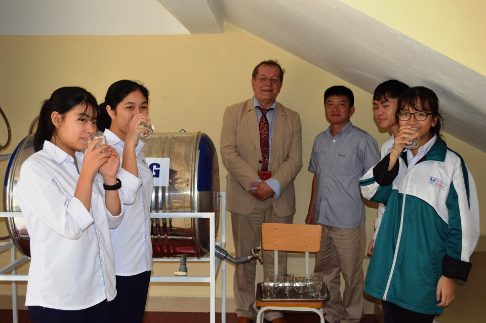 Germany presents water filter and scholarship to Quang Ninh students