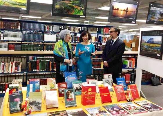 Presenting books about Vietnam to Mexican institute of higher education
