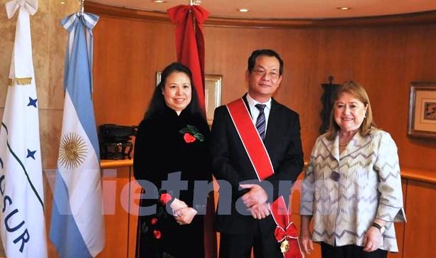 Argentina awards medal to Vietnamese Ambassador