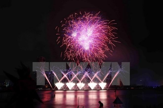 Da Nang shines on fireworks festival's opening night