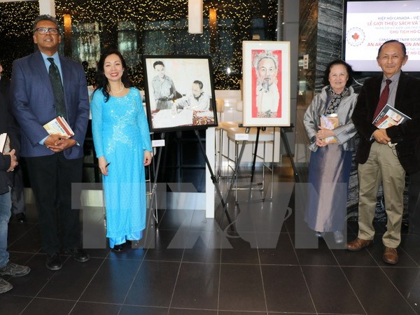 Paintings and books about President Ho Chi Minh introduced in Canada