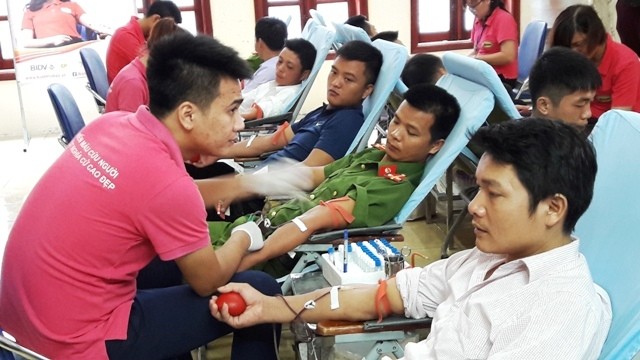 State President praises outstanding blood donors