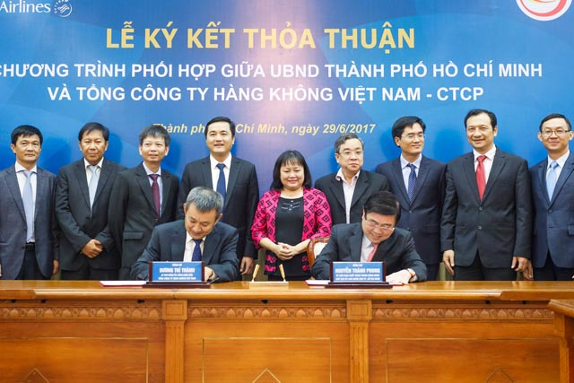 HCM city, Vietnam Airlines sign deal to develop tourism