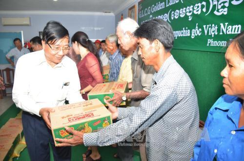 Vietnamese business gives presents to disadvantaged Cambodian residents