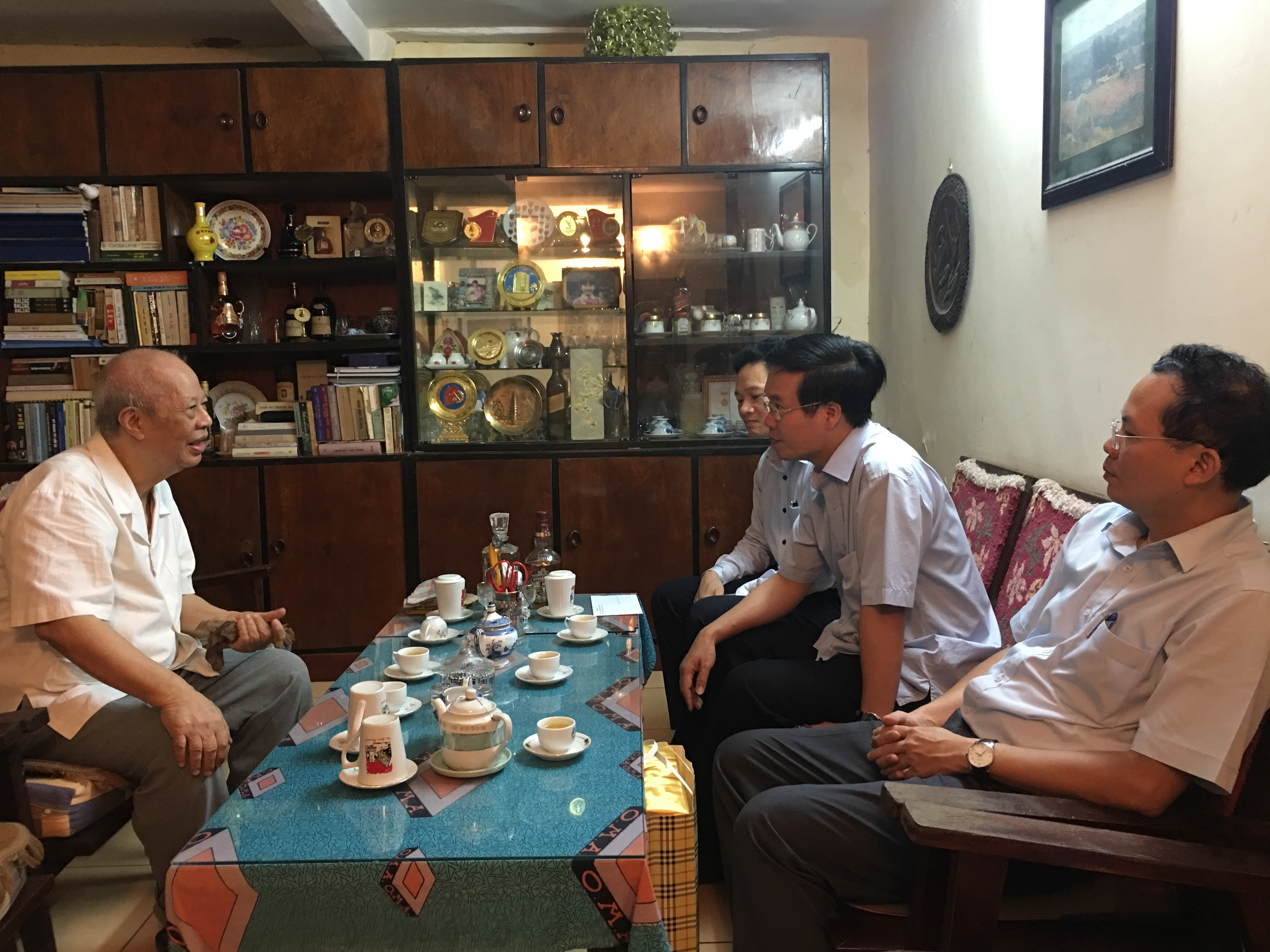 Mr Vo Van Thuong visits former leaders of the PCC Commission of Popularization and Education