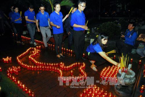 Ho Chi Minh city youth light candles in gratefulness to fallen soldiers
