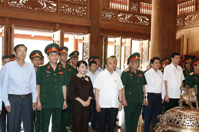 PM offers incense to President in Hanoi's outlying district