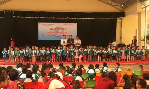 Quang Ninh province presents coats to poor children