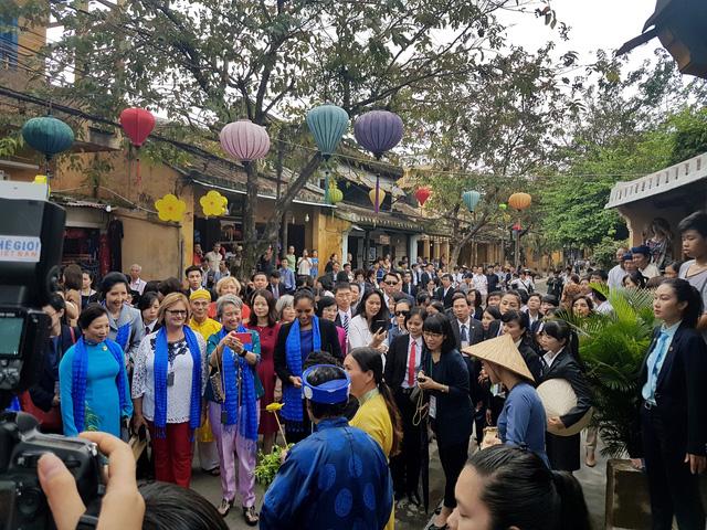Art performance welcomes APEC Economic Leaders