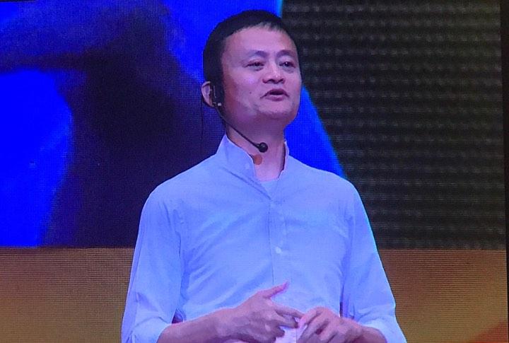 Alibaba founder Jack Ma talks with Vietnamese students