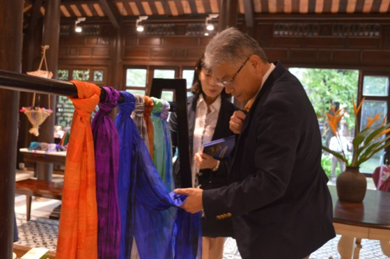 Quang Nam: Typical handicraft store opens to welcome APEC