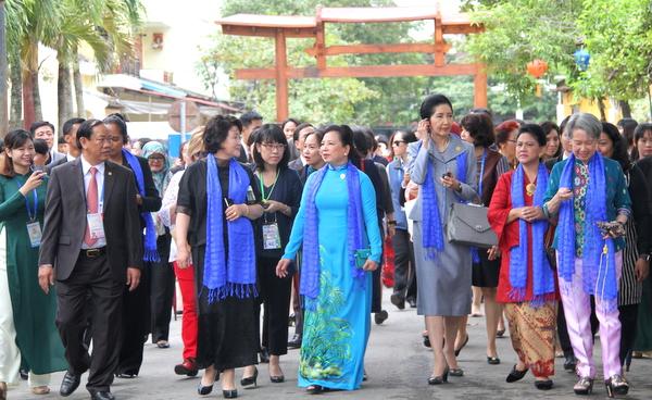 Spouses of APEC leaders visit Hoi An ancient town